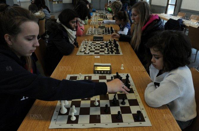 Au tournoi d'échecs féminin, les parties rapides n'excédent pas 40 minutes. Photo DNA - Franck Delhomme