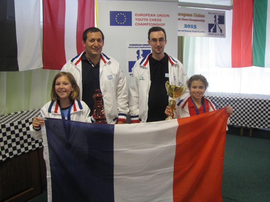 Sur la photo de gauche à droite : Emma, les deux entraîneurs Mathieu et Sylvain et Sofia