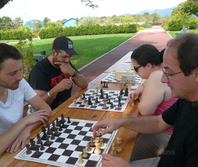 Patrick Muller, membre du club d'échecs de la ville depuis 1994, donne une leçon à Michaël. sonia hamdi