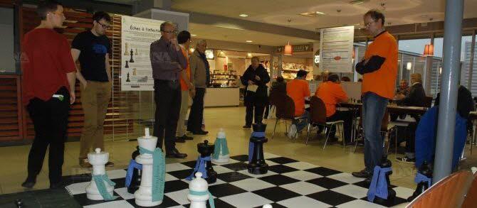 Un jeu d'échecs géants était installé dans le hall de l'hôpital. Une façon originale de sensibiliser le public aux efforts consentis quotidiennement par les professionnels de santé pour combattre les infections nosocomiales. Document remis