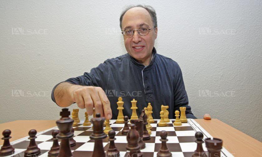 Daniel Roos a pris, à distance, la succession de son père Michel à la présidence du premier club d'échecs de France, celui de Strasbourg. Il s'occupe en plus des jeunes en les initiant aux échecs et en les faisant progresser pour mener les meilleurs dans les compétitions internationales. Photo L'Alsace