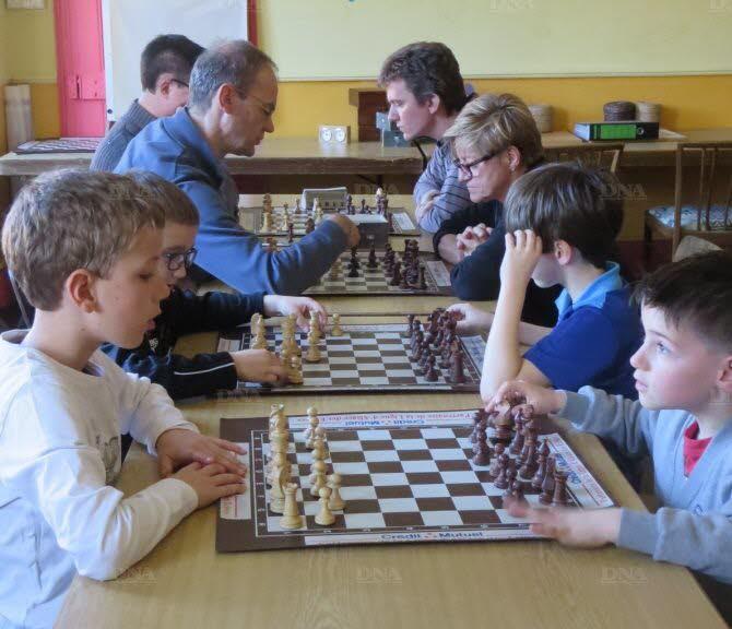 Pour Victor, Maxence, Jules et Enzo, s'initier aux échecs est… un jeu d'enfants ! Photo DNA